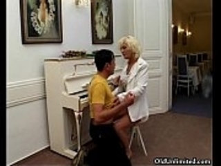 Blonde old housewife loves sucking